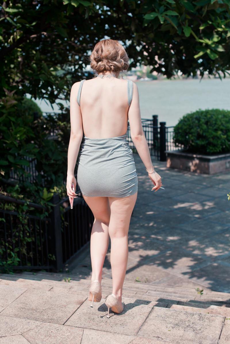 连体露背短裙
