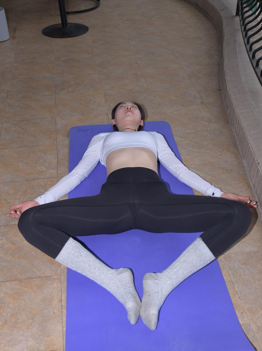 紧身瑜伽裤露脐装