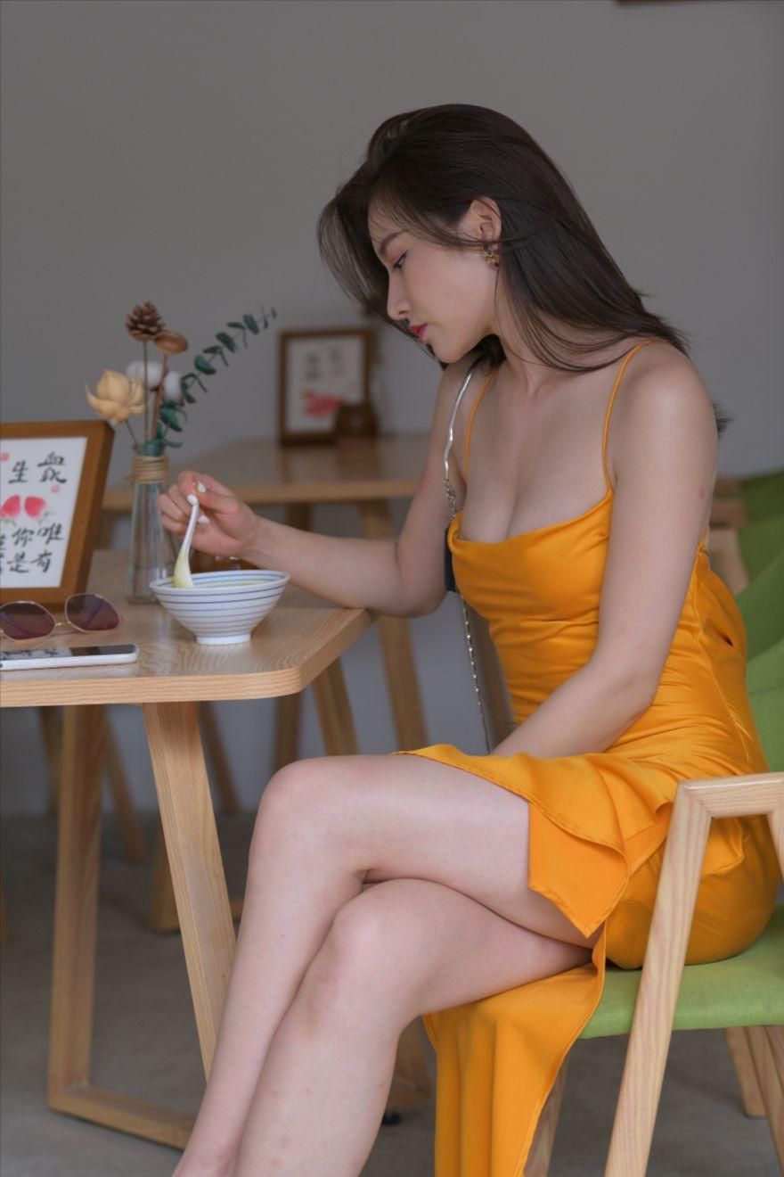 黄色包臀长裙