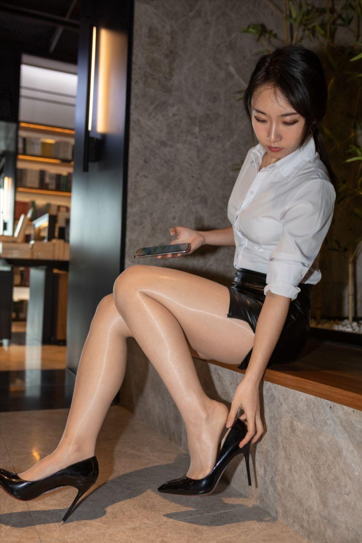 皮革短裙丝袜(套图+视频)