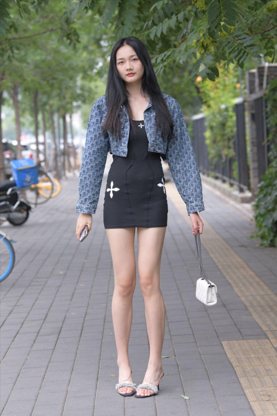黑色短裙大长腿美女